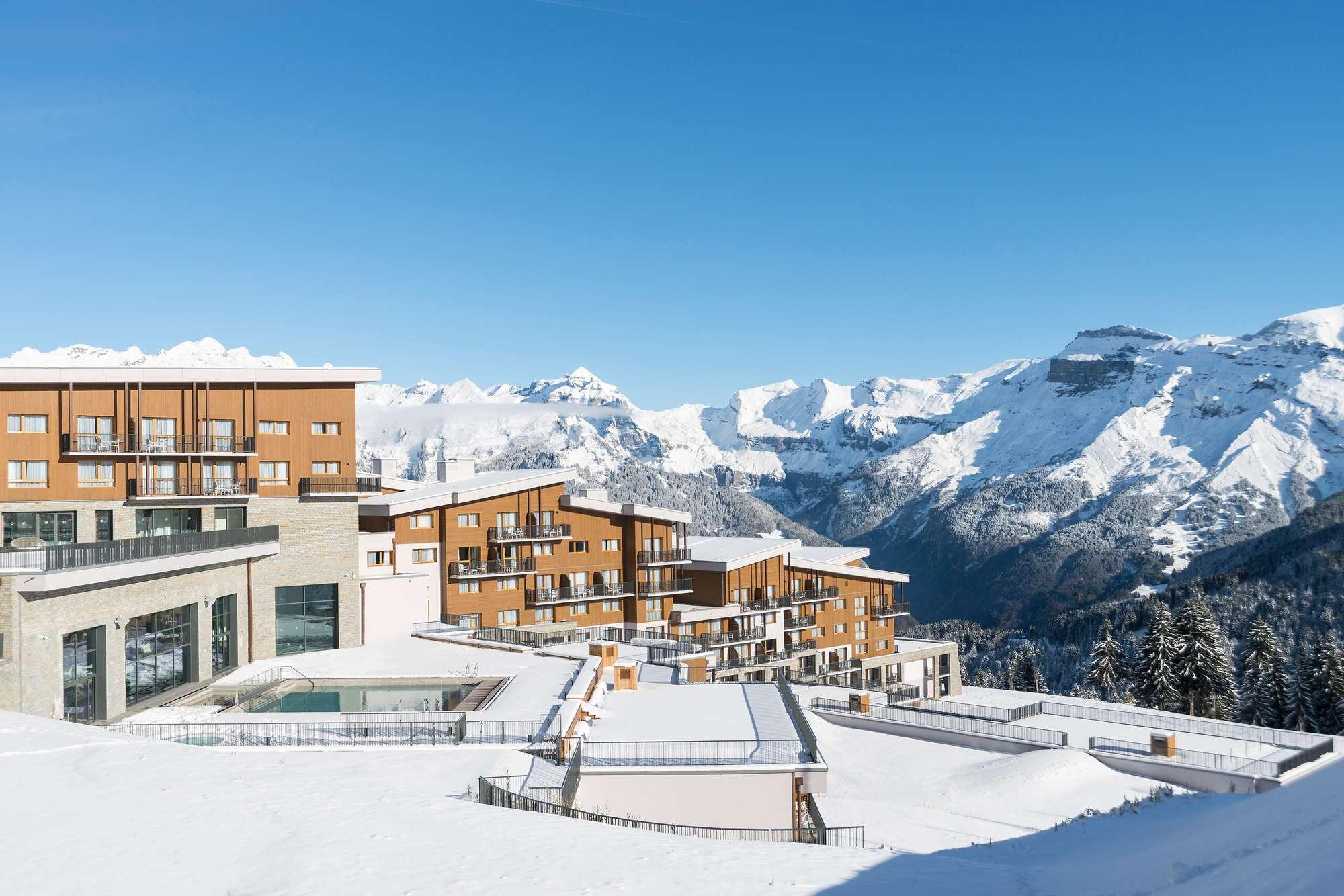 Club Med находится в самом сердце горнолыжного курорта Гран Массиф (более 250 км трасс) менее, чем в полутора часах от Женевы и Анси.